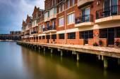 Long exposure of waterfront condominiums in Fells Point, Baltimo — Stock Photo