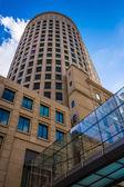 Regardant vers le haut un bâtiment moderne à boston, massachusetts. — Photo