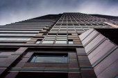 глядя на современное здание под пасмурным небом в филадельф — Стоковое фото