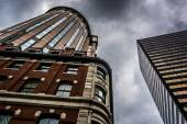 Looking up at buildings and a cloudy sky in Boston, Massachusett — Stock Photo