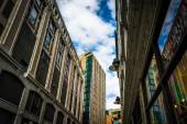 Looking up at buildings along a narrow street in Boston, Massach — Stock Photo
