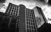 抬头看着马萨诸塞州波士顿市的现代建筑. — 图库照片