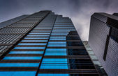 Looking up at modern buildings under a cloudy sky in Philadelphi — Stock Photo