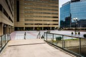 Modern buildings and the Charles Center Skywalk in downtown Balt — Stock Photo