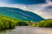 Mount Minsi and the Delaware River seen from from a pedestrian b — Stock Photo