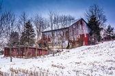 Staré stodoly a sněhem pokryté pole ve venkovských york county, pennsylv — Stock fotografie