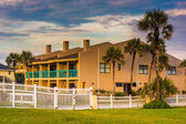 Palm trees and beachfront hotel at St. Augustine Beach, Florida. — Stock Photo