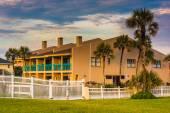 Palmen und direkt am strand hotel am strand von st. augustine, florida. — Stockfoto