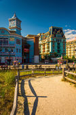 Path over sand dunes and buildings along the boardwalk in Atlant — Stock Photo