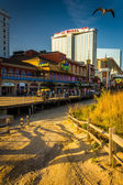 Path over sand dunes and the boardwalk in Atlantic City, New Jer — Stock Photo