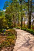 Path through gardens at the Washington DC Mormon Temple in Kensi — Stock Photo