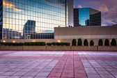 Plaza and modern buildings at sunset in downtown Baltimore, Mary — Stock Photo
