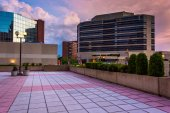 Plaza and modern buildings at sunset in downtown Baltimore, Mary — Zdjęcie stockowe