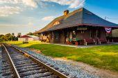 Railroad tracks and the train station in New Oxford, Pennsylvani — Stock Photo