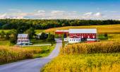 Red barn and house along a country road near Winterstown, Pennsy — Stock Photo