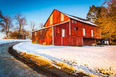 Red barn during the winter in rural York County, Pennsylvania.  — Stock fotografie