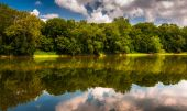 Reflection of trees and clouds in the Potomac River, at Balls Bl — Stock Photo