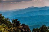 Rock outcrop on North Marshall and view of the Blue Ridge in She — Stock Photo