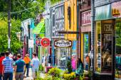 Shops and pedestrians in Little Five Points, in Atlanta, Georgia — Stock Photo