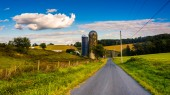 Silos on a country road, in rural York County, Pennsylvania.  — Stock Photo
