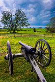 Storm clouds over a cannon in Gettysburg, Pennsylvania.  — Stock Photo