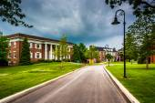 Storm clouds over building and road at Gettysburg College, Penns — Stock Photo