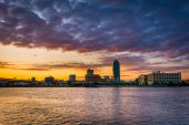 Sunrise over Queens,  seen from Roosevelt Island, New York.  — Stock Photo