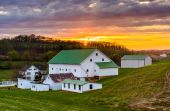 Sunset over a barn and farm fields in rural York County, Pennsyl — Stock Photo