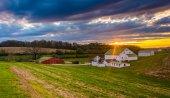 Sunset over a farm in rural York County, Pennsylvania.  — Stock Photo