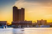 Puesta de sol sobre la bahía interna en baltimore, maryland. — Foto de Stock