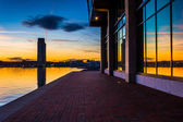 Sunset reflecting in a building on the waterfront in Fells Point — Stock Photo