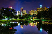 The Charlotte skyline seen at Marshall Park, in Charlotte, North — Stock Photo
