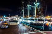 La constelación de uss en la noche, en el puerto interior de baltimore — Foto de Stock
