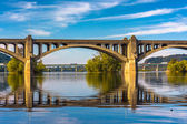 The Veterans Memorial Bridge reflecting in the Susquehanna River — Stockfoto