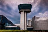 Utsidan av den luften och rymden museum udvar-hazy center på en — Stockfoto