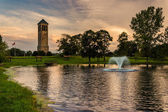 The singing tower and a pond in Carillon Park, Luray, Virginia. — Stockfoto