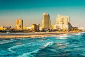 De skyline en de Atlantische Oceaan in atlantic city, new jersey. — Stockfoto