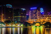 The skyline and a fountain in Lake Eola at night, in Orlando, Fl — Stockfoto