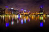 The skyline reflecting in Lake Eola at night, Orlando, Florida.  — Stockfoto