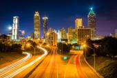 Traffic on Freedom Parkway and the Atlanta skyline at night, see — Stockfoto
