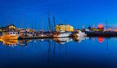 Twilight reflecties in een jachthaven in de haven van oost, baltimore, mary — Stockfoto
