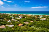 View of houses and the Atlantic Ocean from Ponce de Leon Inlet L — Stock Photo