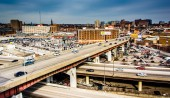 View of the Jones Falls Expressway and Orleans Street in Baltimo — Stock Photo