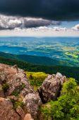 Weergave van de shenandoah vallei van klippen op steenachtige man berg, — Stok fotoğraf