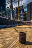 Barrel and ship at Pier 15, at South Street Seaport in Manhattan — Stock Photo