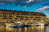 Boats and Lewis Wharf, at the Boston Inner Harbor in Boston, Mas — Stock Photo