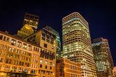 Budynki w dzielnicy finansowej w nocy, w bostonie, hotel comfor — Zdjęcie stockowe