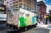 Graffiti bedekte vrachtwagen in manhattan, new york. — Stockfoto