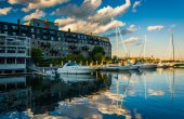 Lewis Wharf and boats reflecting in the Boston Inner Harbor, in  — Stockfoto