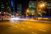 Traffic on Atlantic Avenue at night, near Rowes Wharf in Boston, — Stock Photo